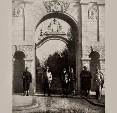 Austrougarski vojnici ispred ulaza u kraljevski dvor u Beogradu 1915