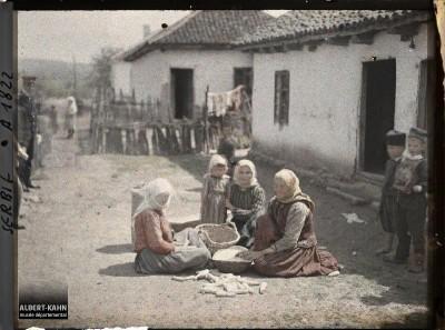 Bivolje, okolina Kruševca : žene koje čiste kukuruz. 29. april 1913.
