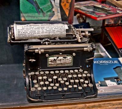 Continental pisaća mašina u izlogu knjižare Geca Kon (Prosveta) u Knez Mihailovoj ulici