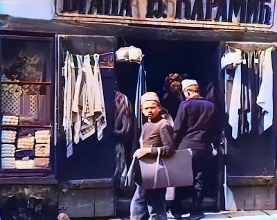 Dečaci ispred jedne beogradske radnje 1919. godine