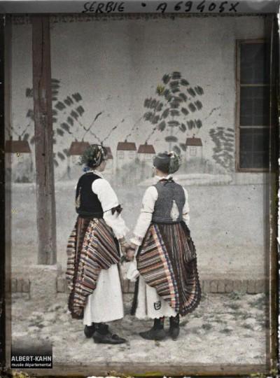 Dve devojke u tradicionalnoj srpskoj nošnji u selu na putu od Beograda ka Avali 1913. g.
