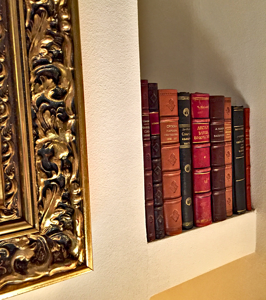 Bibliofilija. Stare knjige u kožnom povezu 05445
