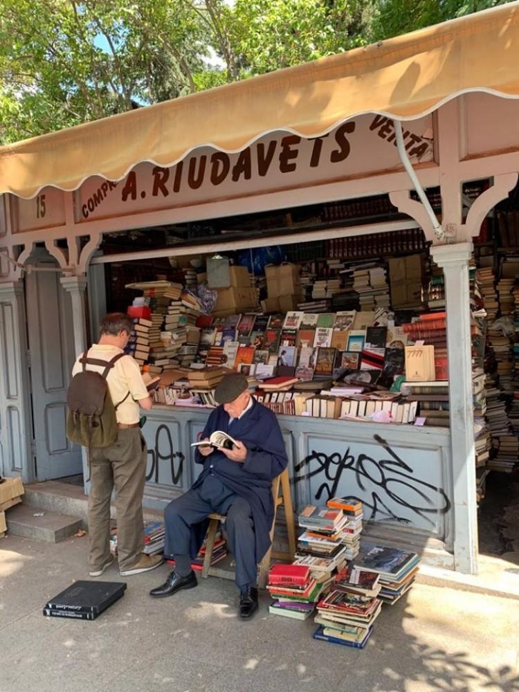Ulični prodavac starih knjiga u Madridu