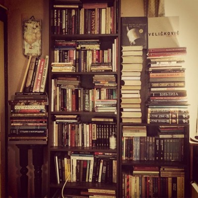 Police sa knjigama. Detalj iz knjižare Antikvarneknjige.com