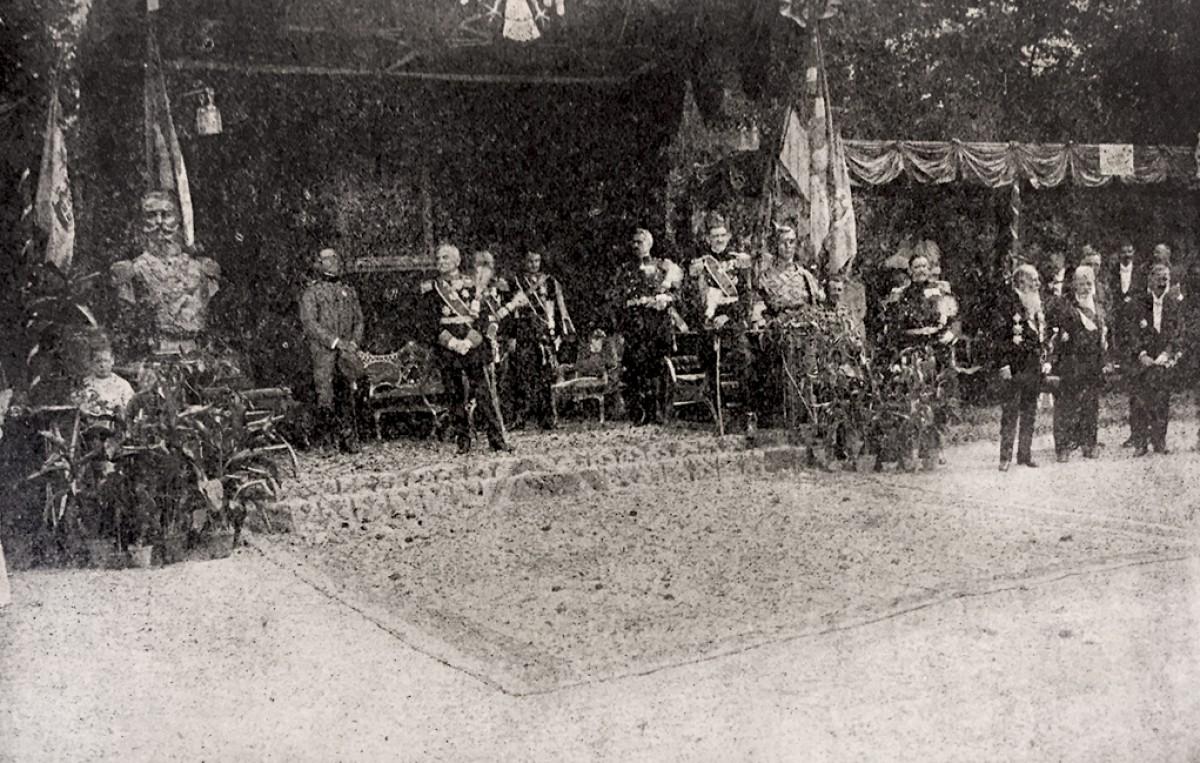 Svečanost pri otkrivanju Karađorđevog spomenika u Beogradu 1913: Kralj Petar, prestolonaslednik Aleksandar, Nikola Pašić, Laza Paču i drugi