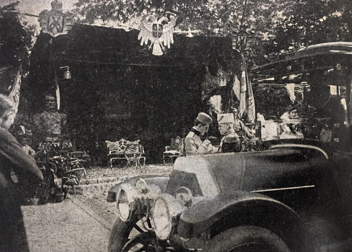 Sa svečanosti prilikom otkrivanja Karađorđevog spomenika u Beogradu 1913: Kralj Petar stavlja prestol. Aleksandru medalju za hrabrost