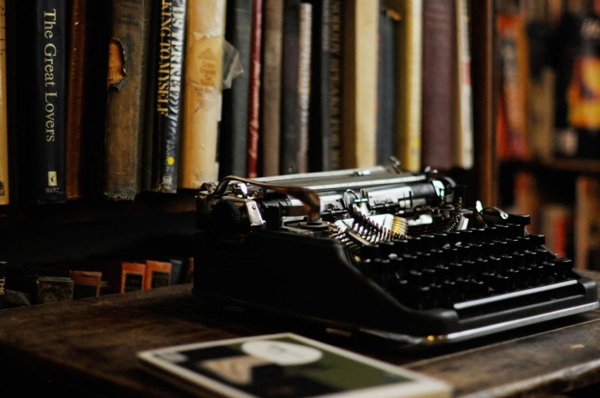 Stara portabl pisaća mašina