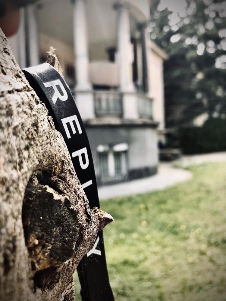 Replay : detalj iz dvorišta na Neimaru