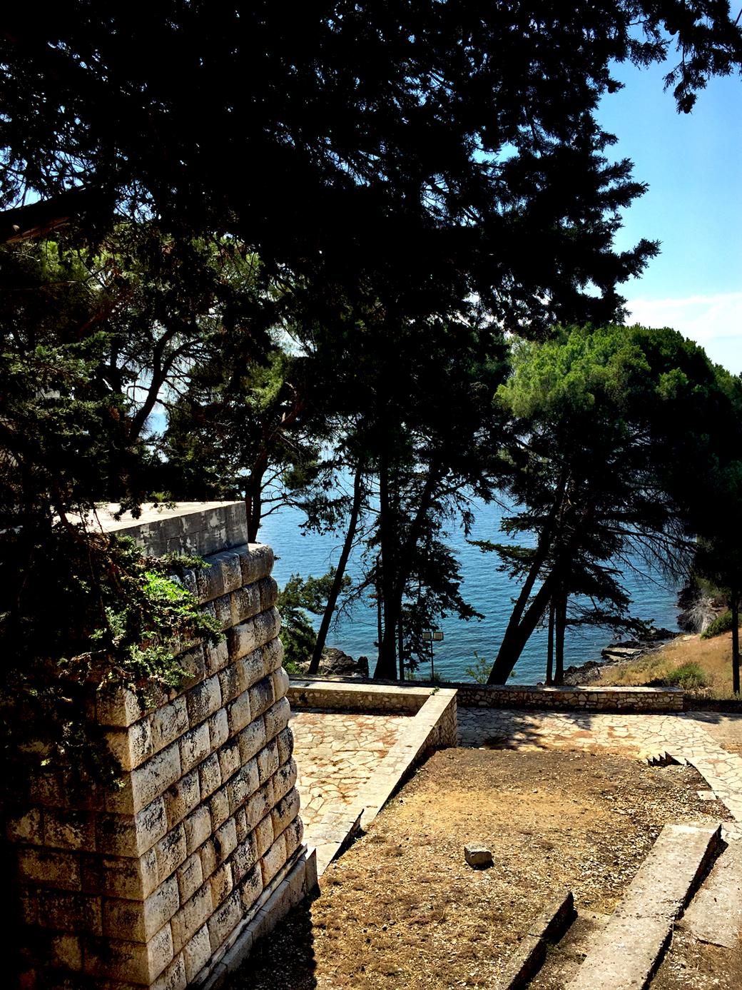 Pogled sa uzvišenja na spomen-kosturnicu i Plavu grobnicu na ostrvu Vido