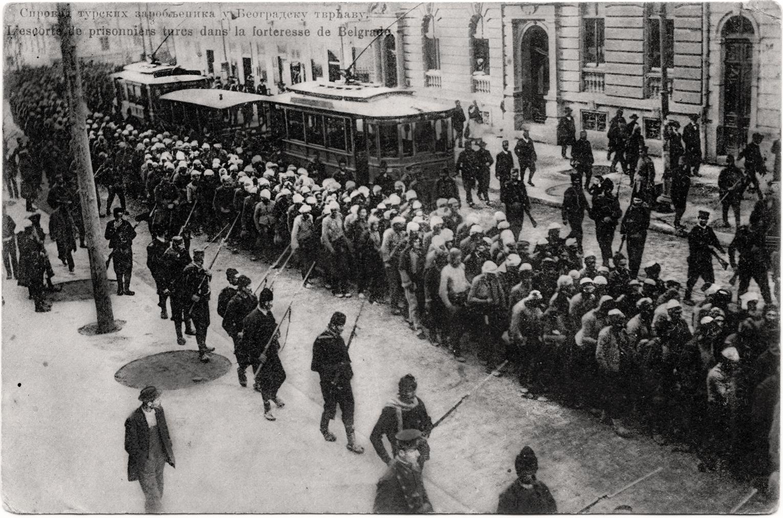 Sprovod turskih zarobljenika u Beogradsku tvrđavu. Razglednica od 26. avgusta 1913.