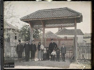 Ispred kapije u selu između Stalaća i Kruševca 1913. godine.