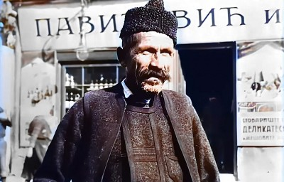 Starac ispred prehrambrene prodavnice