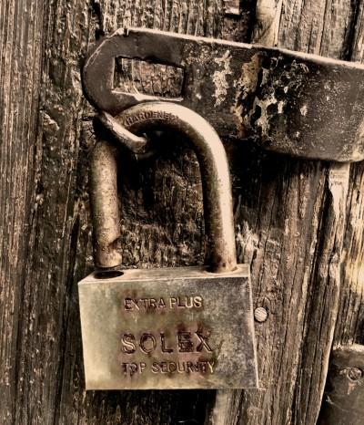 Katanac na starim vratima na Vracaru HQ
