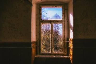 Stari prozor na napuštenoj kući