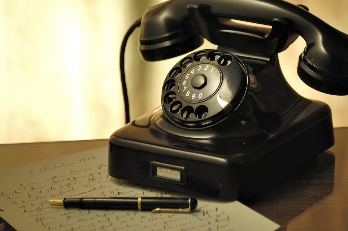 Stari telefon sa brojčanikom