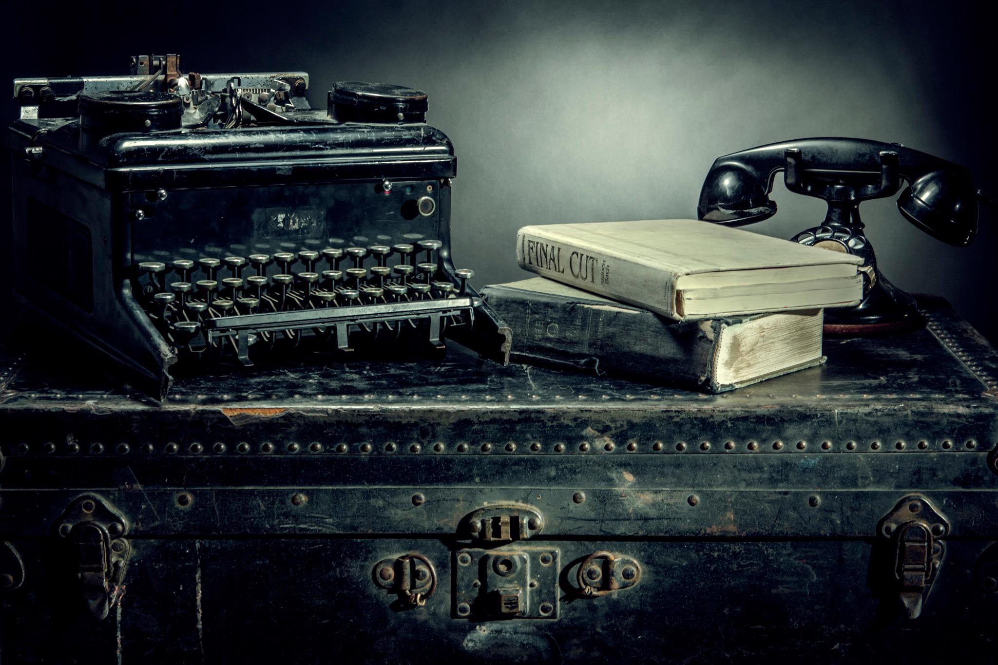 Stari telefon i pisaca masina