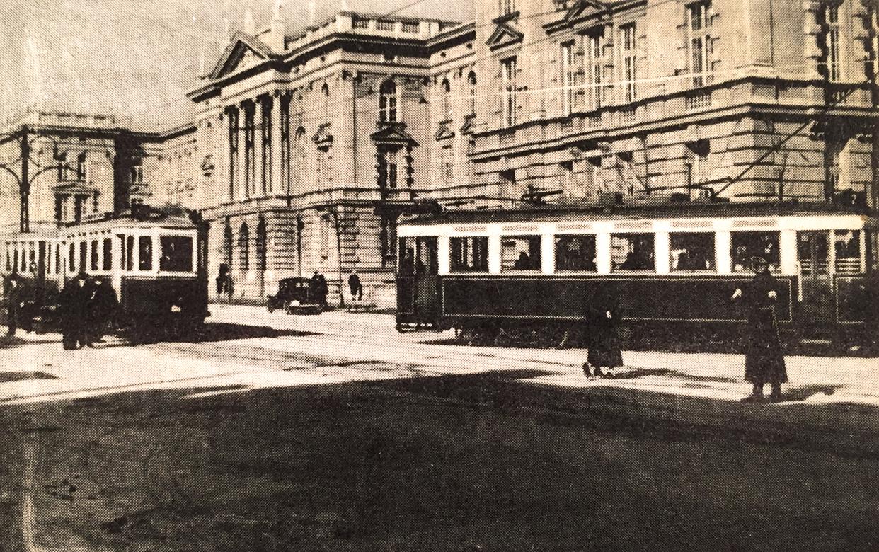 Tramvaj Škoda tip 1927. god. sa prikolicama ispred Tehničkog fakulteta u Beogradu
