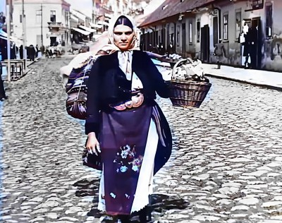 Žena koja se Balkanskom ulicom vraća na železničku stanicu u Beogradu 1919. god.